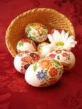 Huevos y cesta de Pascua Imagen de archivo