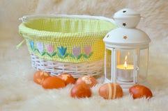 Huevos y cesta de Pascua Fotografía de archivo libre de regalías