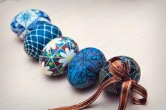 Huevos y cesta de Pascua aislados Imagenes de archivo