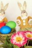 Huevos y conejitos de Pascua   Imágenes de archivo libres de regalías