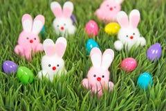 Huevos y conejitos de Pascua en hierba Fotografía de archivo