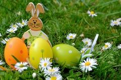 Huevos y conejo coloreados Fotografía de archivo libre de regalías