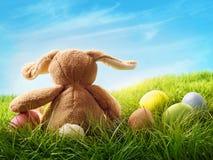 Huevos y conejo coloridos de Pascua Foto de archivo