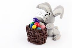 Huevos y conejo coloridos de Pascua en blanco Imagen de archivo