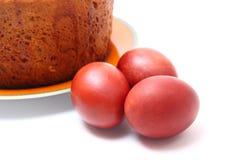 Huevos y empanada rojos de Pascua Foto de archivo