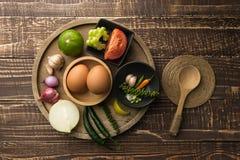 Huevos y especia para el cocinero sano en el fondo de madera de la tabla en top v Imágenes de archivo libres de regalías