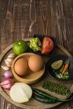 Huevos y especia para el cocinero sano en fondo de madera de la tabla Fotografía de archivo libre de regalías