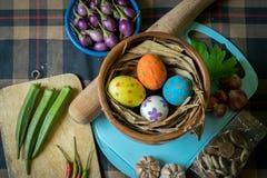 Huevos y especias de Pascua en fondo escocés Fotos de archivo