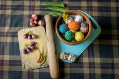 Huevos y especias de Pascua en un fondo escocés Fotos de archivo libres de regalías