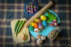 Huevos y especias de Pascua en un fondo escocés Foto de archivo libre de regalías