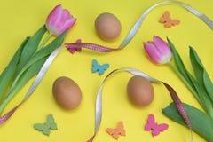 Huevos y flores Fotos de archivo libres de regalías