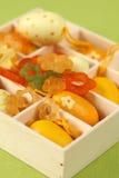 Huevos y flores amarillos de Pascua en un rectángulo Imagen de archivo