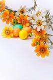 Huevos y flores coloridos de Pascua Foto de archivo libre de regalías