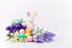 Huevos y flores coloridos del conejo de Pascua Foto de archivo
