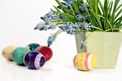 Huevos y flores de Pascua Fotos de archivo libres de regalías