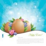 Huevos y flores de Pascua contra el cielo azul Foto de archivo libre de regalías