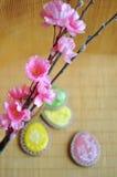Huevos y flores del pan de jengibre fotos de archivo libres de regalías
