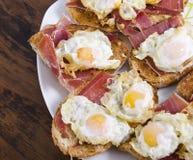 Huevos y jamón de codornices Fotografía de archivo