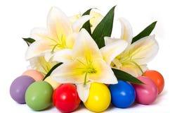 Huevos y lirio de Pascua Foto de archivo libre de regalías