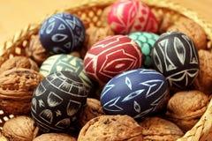 Huevos y nueces de Pascua en cesta Fotografía de archivo