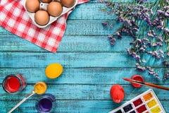 Huevos y pinturas coloreados foto de archivo libre de regalías