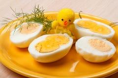 Huevos y pollo cocinados mitad imagenes de archivo