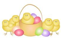 Huevos y polluelos de Pascua con la cesta