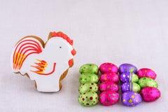 Huevos y regalo decorativos para la composición Foto de archivo