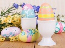 Huevos y tazas de Pascua Fotos de archivo libres de regalías