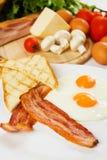 Huevos y tocino con pan tostado Foto de archivo