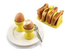Huevos y tostada hervidos, uno abierto Imágenes de archivo libres de regalías