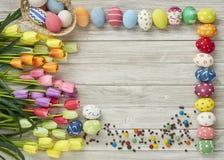 Huevos y tulipanes coloridos de Pascua Foto de archivo libre de regalías