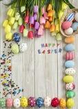 Huevos y tulipanes coloridos de Pascua Fotografía de archivo libre de regalías