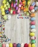 Huevos y tulipanes coloridos de Pascua Imagen de archivo