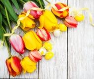 Huevos y tulipanes de Pascua Fotos de archivo libres de regalías