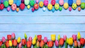 Huevos y tulipanes de Pascua en marco imágenes de archivo libres de regalías