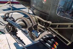 Huey直升机枪和弹药USS中途航空母舰博物馆在圣地亚哥怀有加利福尼亚清楚的夏日 免版税库存照片