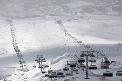 huezelevatorer för alpe D skidar Royaltyfri Bild