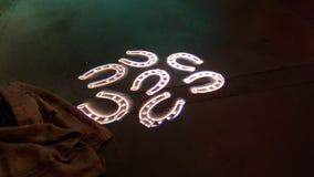 Hufeisen gekennzeichnet auf konkretem Boden von hervorstehendem Licht lizenzfreie stockbilder