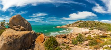 Hufeisenbucht bei Bowen - ikonenhafter Strand mit kletterndem Felsen des Granits Stockfotografie