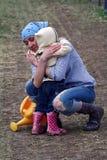 Hug da mamã e da filha imagens de stock