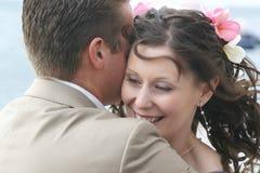Hug dos pares da noiva e do noivo fotografia de stock