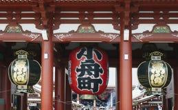 Huge lanterns hanging in the Hozomon gate at Sensoji temple, Asakusa, Tokyo Stock Photos