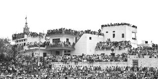 Huge masses of curious spectators at roof tops in India Royalty Free Stock Photos