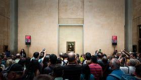 Huged av besökare tar fotoet av Mona-Lisa i Louvremuseum Arkivfoto