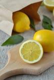 hugga av citroner för bräde Arkivbild