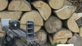 Hugga av den wood hydrauliska journaldelaren, främre sikt stock video