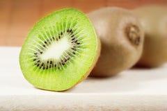 hugga av fruktkiwi för bräde Arkivbild
