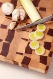 hugga av grönsaker för bräde Arkivfoton