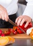 hugga av grönsaker för kock Royaltyfri Bild